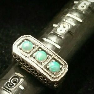 Jewelry - Vintage style 3 opal ring